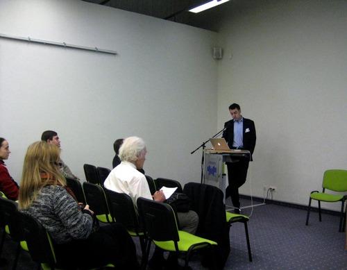 """UAB """"NextMedia LT"""" generalinis direktorius Deividas Talijūnas pristato JAV atliktus tyrimus dėl leidėjų požiūrio į elektroninę leidybą. Nuotrauka autoriaus."""