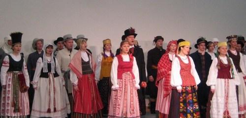 """Tautinio kostiumo kolekciją pristatė choras """"Ave vita"""". Nuotrauka autorės."""
