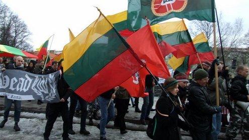 Eitynių dalyviai, nešini vėliavomis pajudėjo nuo Katedros aikštės. Simono Ingelevičiaus nuotr.