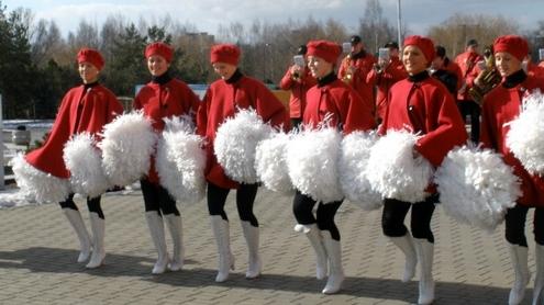 Miestiečius džiugino ne tik orkestrantai, bet ir energingos šokėjos. Justės Ku nuotr.