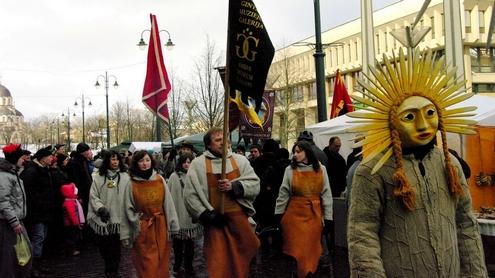 Karnavalinės eisenos dalyviai pradeda savo kelionę nuo Seimo rūmų. Autorės nuotr.