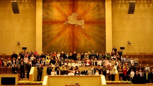 Po apdovanojimų ceremonijos laureatai įsiamžino dailininko Kęstučio Balčikonio kurto istorinio gobeleno fone. Autorės nuotr.