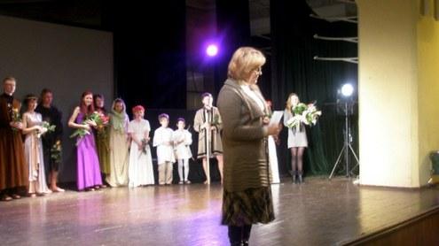 N. Juchnevičienė sveikina studentus spektaklio premjeros proga.  Nuotrauka - Dovilės Lebrikaitės.