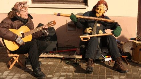 Mugės lankytojai buvo stebinami originalių gatvės muzikantų ir jų instrumentų. Autoriaus nuotr.