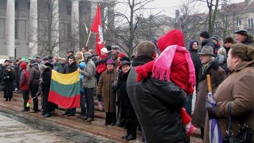 Nepriklausomybės dienos proga susirinkusiųjų žmonių būrys Seimo aikštėje. Autorės nuotr.