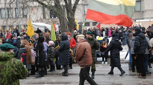 Vienybės aikštėje - mažiausiai du šimtai žmonių. Autorės nuotr.
