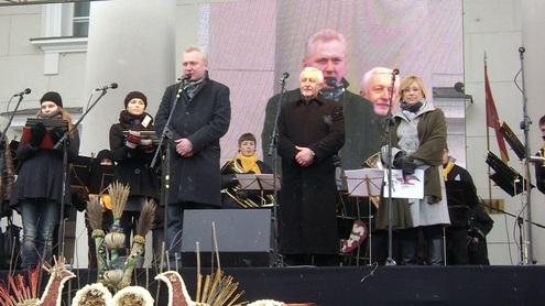Virginijus Dastikas sako įžanginę apdovanojimų kalbą. Dešinėje – Rimantas Diliūnas ir Kristina Ulevičiūtė. Autorės nuotr.