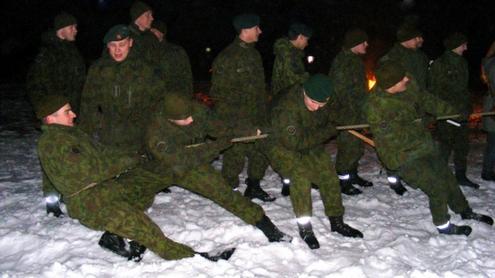 Virvės traukimo varžybas laimėjo kariūnai. Autorės nuotr.