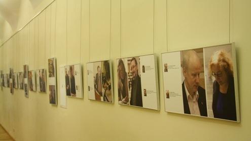 Jaunųjų žurnalistų įamžinti dinamiški Komunikacijos fakulteto darbuotojų portretai. Nuotrauka autorės.
