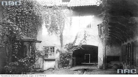 Adomo Mickevičiaus muziejaus ir Žurnalistikos instituto kiemelis XX a. 4-ajame dešimtmetyje. Narodowe archiwum cyfrowe nuotr.