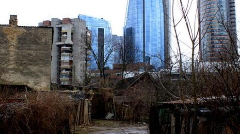 Centrinėje sostinės dalyje ryškus kontrastas tarp dangoraižių kvartalo ir greta stovinčių pastatų. Autorės nuotr.