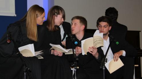 Lietuvos muzikos ir teatro akademijos studentai skaitė lietuviškos spaudos draudimo laikų leidinius. Autoriaus nuotr.