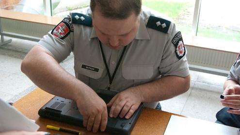 """Vilniaus pirmojo policijos komisariato apylinkės inspektorius tyrėjo Michailas Butylovas: """"ši prevencinė akcija visų pirma siekia apsaugoti, o ne surasti."""" Autoriaus nuotr."""
