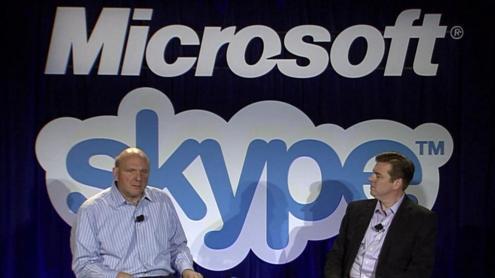"""""""Microsoft"""" ir """"Skype"""" kompanijų vadovai – Stevas Ballmeris ir Tonis Bates'as spaudos konferencijoje. PhilWolff (Flicr) nuotr."""