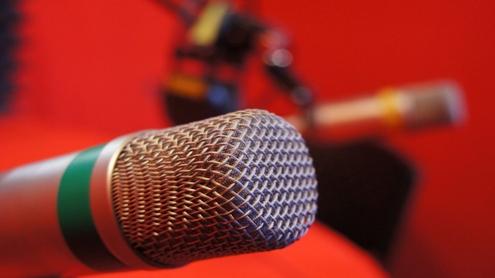 """""""Start FM"""" programą sudaro laidos, kurių tematika – nuo akademinio studentų gyvenimo iki futbolo klubo aistruolių aktualijų"""", – temas pristatė radijuje dirbanti komanda. Autoriaus nuotr."""