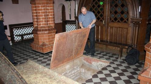 Po suolais ir kilimais paslėptos durys į rūsį. Autoriaus nuotr.