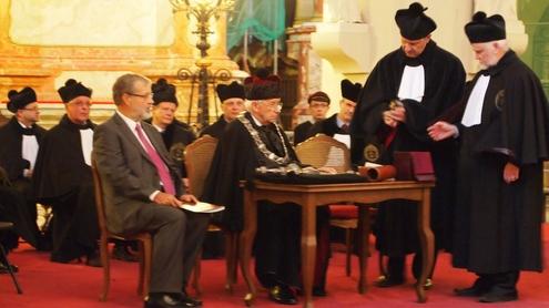 Rektorius pasirašo J.Kuzmenko garbės daktaro diplomą. Nuotrauka autorės.