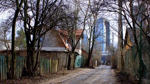 Šilutės gatvė – viena iš daugelio neasfaltuotų gatvių Vilniaus Šnipiškių rajone. Autorės nuotr.