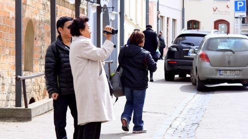 Artėjant vasarai, Vilniaus gatvėse vis dažniau sutinkami turistai. Autorės nuotr.