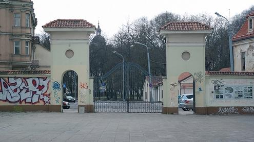 Sereikiškių parko vartus darko teplionės. Autoriaus nuotr.