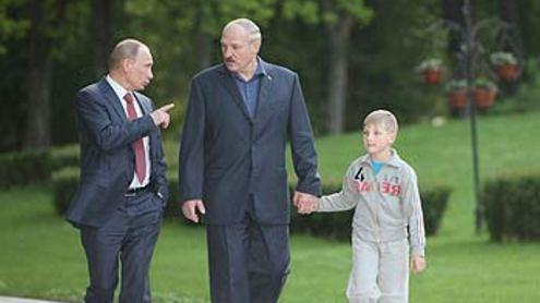 Tik prieš savaitę  A. Lukašenka užmiesčio rezidencijoje draugiškai šnekučiavosi su  Rusijos premjeru V.Putinu. Nuotrauka iš Baltarusijos prezidento interneto svetainės.