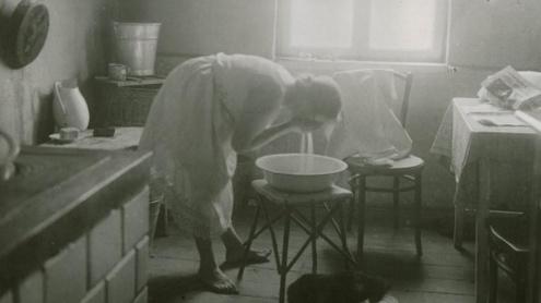 Mergelė burnelę prausia. 1922 m. Balio Buračo nuotr.
