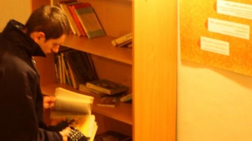 Knygų lentyna populiari tarp įvairaus amžiaus žmonių. Autorės nuotr.