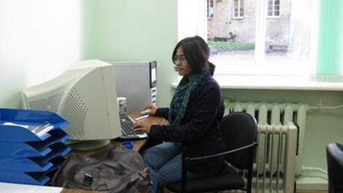 """Amala S. Meiwes nagrinėja """"The Lithuanian Tribune"""" ir """"lrytas.lt"""" publikacijas apie migraciją. Audriaus Dabrovolsko nuotr."""