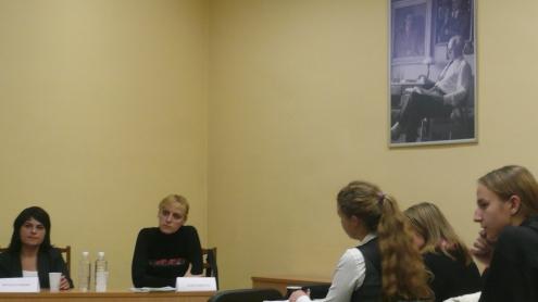 Natalija Radina (kairėje) ir Olga Karatch VU Žurnalistikos institute diskutavo apie dabartinę Baltarusijos žiniasklaidos padėtį. Autorės nuotr.