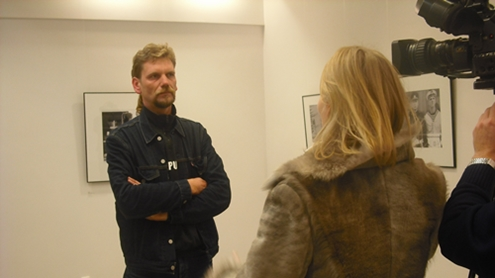 Parodos atidarymo metu R. Danisevičius sulaukė nemažo žiniasklaidos atstovų dėmesio. Autorės nuotr.