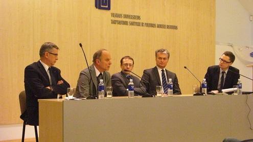 Diskusijoje dalyviai (iš kairės) V. Lepeška, Č. Laurinavičius, T. Janeliūnas, G. Nausėda. Autorės nuotr.