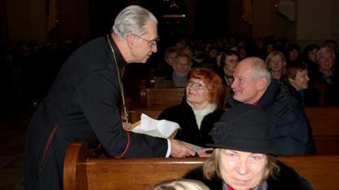 Rektorių ir bendruomenę sveikino ir kalėdaičiais dalinosi Vilniaus arkivyskupas kardinolas Audrys Juozas Bačkis. Autorės nuotr.