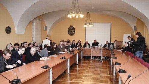 """Penktasis projekto """"Atminties kultūrų dialogas ULB (Ukraina, Lietuva, Baltarusija) erdvėse"""" susitikimas tradiciškai vyko Vilniaus universiteto Senato posėdžių salėje. Justino Stacevičiaus nuotr."""