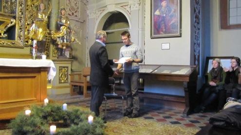 VU Žurnalistikos instituto direktorius prof.  Žygintas Pečiulis įteikia III kurso studentui Aurimui Abišalai tradicinę Vytauto Gedgaudo premiją. Ievos Motiejūnaitės nuotr.