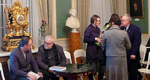 Dr. M. Matulytė priima sveikinimus po knygos pristatymo. Autorės nuotr.