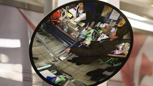 Viena iš išnyksiančių profesijų – parduotuvės kasininkas. Ingos Juodytės nuotr.