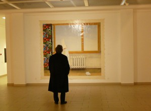 """Parodoje """"Postidėja"""" lankytojas apžiūrinėja paveikslą. Autorės nuotr."""