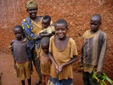 Ruandoje sutikti vietiniai gyventojai patyrė tikrą tautos tragediją, tačiau mielai bendrauja su atvykėliais ir šypsosi (Dianos Kupstienės nuotrauka)
