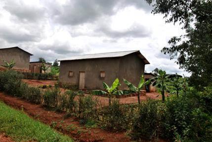 Tipiška ruandiečio gyvenamoji vieta – itin kukli, tačiau tvarkinga, o patys gyventojai – svetingi (Dianos Kupstienės nuotrauka)