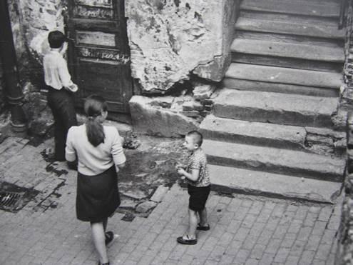 Aleksandra Jacovskytė Žydų gatvės kiemas (centre Gražina Pajarskaitė) / 1968 m. birželis