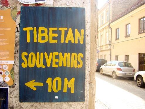 Lietuvoje vis daugiau domimasi Tibetu bei jo problemomis, tad šiuo metu veikia net šešios tibetietiško budizmo bendruomenės, įkurta laisvės rėmimo grupė, o Užupyje atidaryta tibetietiškų daiktų krautuvėlė (autorės nuotrauka)
