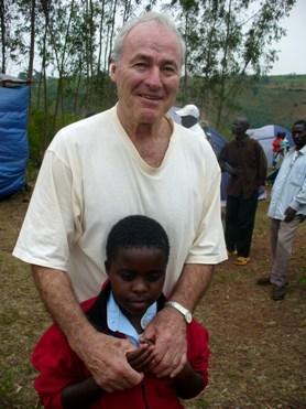 Kunigas Hermanas Šulcas už pastangas padėti nuskriaustiems bei saugoti kiekvieną gyvybę itin gerbiamas ir mylimas ruandiečių (Dianos Kupstienės nuotrauka)