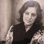Aleksandra Jacovskytė. Grafikė Adasa Skliutauskaitė prie savo namų Klaipėdos gatvėje / 1983 m.