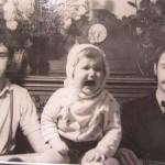 Aleksandra Jacovskytė. Mano broliai Jokūbas ir Adomas Jacovskiai ir dukra Marija mūsų namų svetainėje švenčiant tėvo Eusiejaus Jacovskio 60-ties metų jubiliejų / 1978 m. birželio 1 d.
