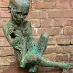 Tamara Janova. Berniukas iš geto (bronza; 2010 m.; aukštis – 65 cm.; Danijos kolekcionierius) T. Janovos nuotr.