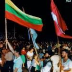 """Sąjūdžio pradžia. Trijų respublikų vėliavos studentų šventėje """"Gaudeamus"""" Vilniuje. 1988 m. liepos 2 d."""