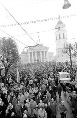 """""""1988 m. spalio 23-osios rytą po Šv. Mišių prie Vilniaus Arkikatedros"""". Fotografo Gedimino Svitojaus nuotr. Vilnius, 1988m. LCVA. 0-103241"""