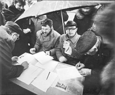 Mokytojai renka parašus (nuotr. A. Seibučio)