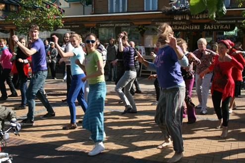 """Giedrė ir Šarūnas Kondratai nepaprastą afrolatin šokių galią padeda atrasti kiekvienam šokio entuziastui. (""""Souls"""" studijos archyvo nuotrauka.)"""