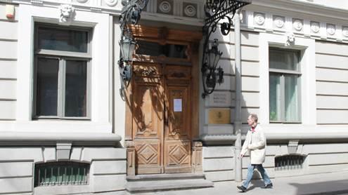 Eklektinio stiliaus pastato portalas.  Čia įsikūrusi Lietuvos rašytojų sąjunga. Autoriaus nuotr.